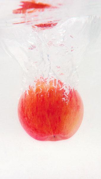 Red Apple Water Splash Wallpaper